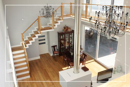 Escaleras de madera y cristal muebles mudeval for Escaleras de salon